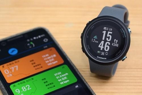 Garmin Swim 2游泳智慧運動手錶6000公尺評測:休息自動偵測、反射式螢幕、實體按鍵不怕誤觸