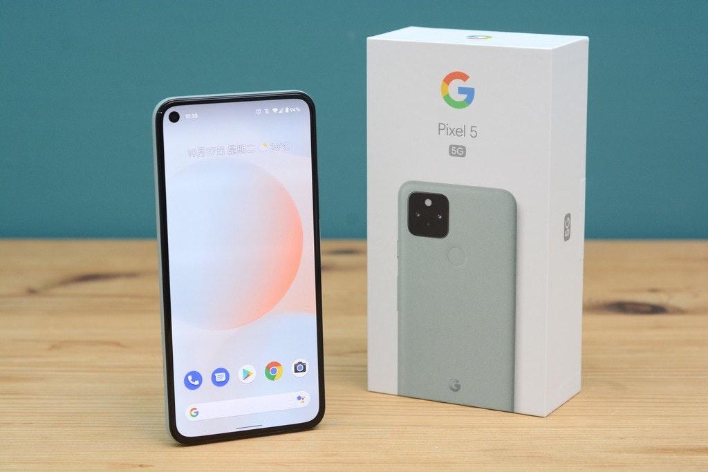 照片中提到了Pixel 5、5G、1027 FI 28°C,跟谷歌有關,包含了手機、手機、便攜式通訊設備、電話、產品設計