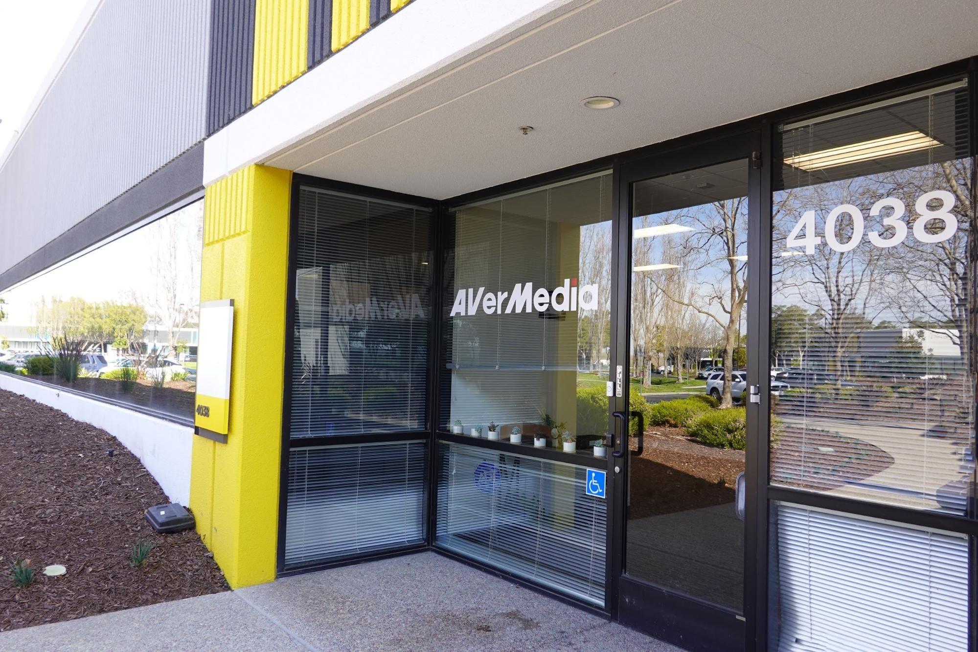 照片中提到了4038、COyeVA AVerMedia、4038,包含了玻璃、正面、共管公寓、玻璃、屋