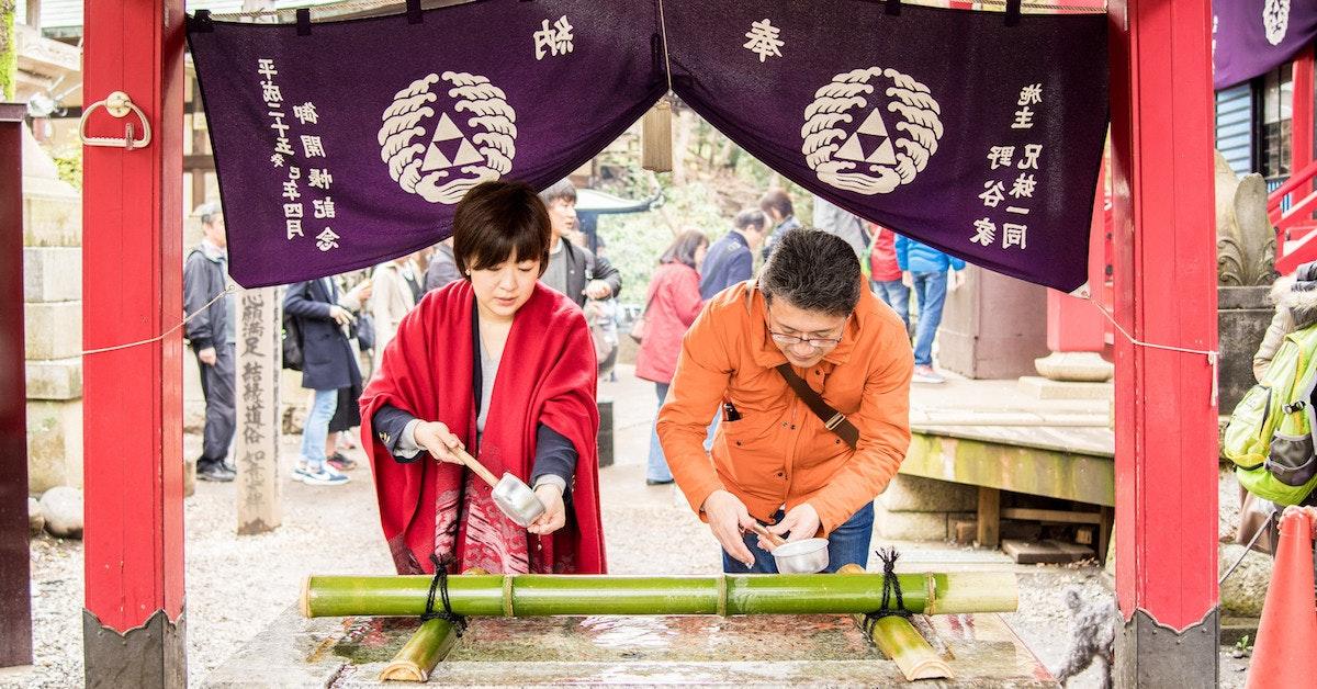 是[面白日本] 日本宗教搞不懂(一)神社參拜第一關:別在手水舍踩地雷!這篇文章的首圖