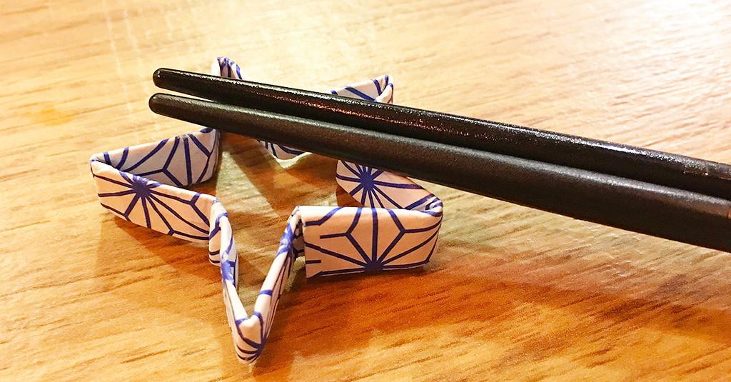 是[面白日本] 日式摺紙筷套一次上手(二)用筷套摺 60 秒搞定「桌上流星」!這篇文章的首圖