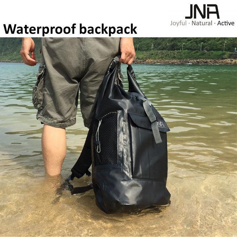 是【JNA極致防水背包】它就是一個超有型又防水的背包這篇文章的首圖