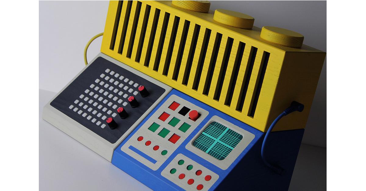 是瑞典設計師Love Hulten用樂高積木元素,創作出音樂混合生成器與古早電玩筐體主機這篇文章的首圖