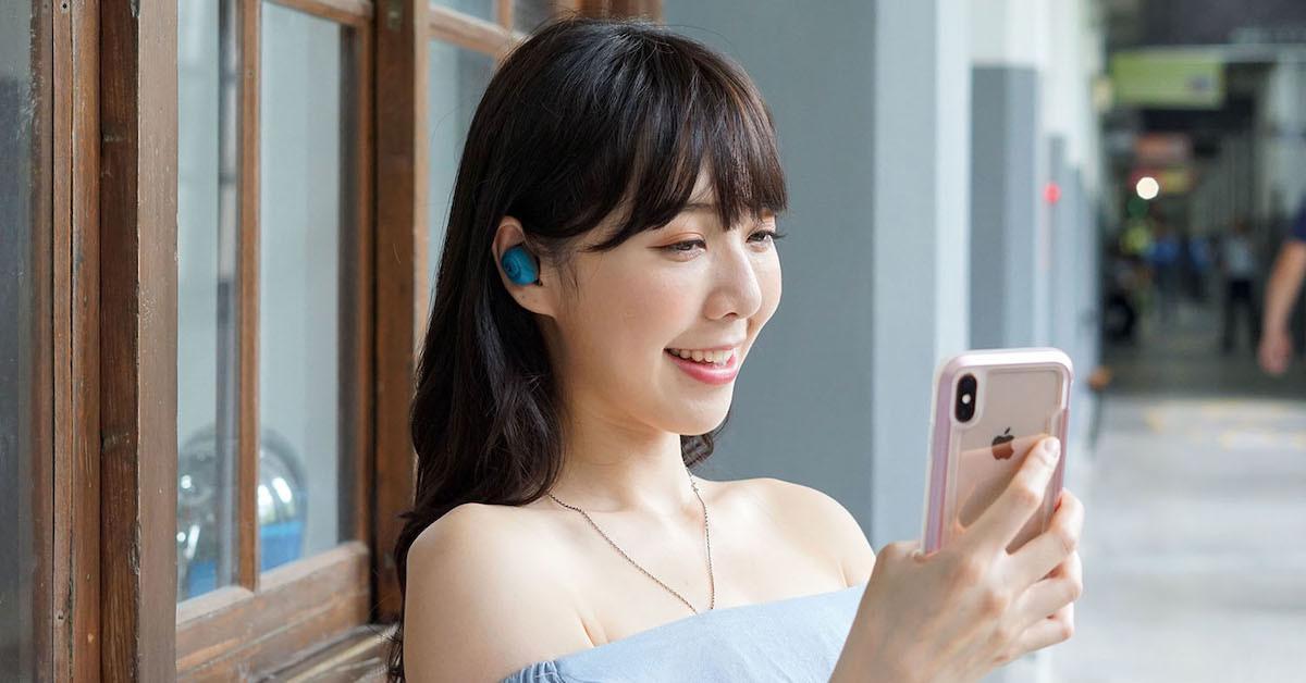 Girl, Electronics, girl, Mobile phone, Gadget, Smartphone, Communication Device, Skin, Portable communications device, Electronic device, Technology, Beauty, Lip