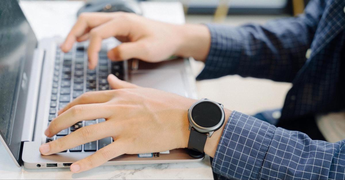 照片中提到了EECE,包含了電腦專業、商業顧問、產品設計、通訊、釘