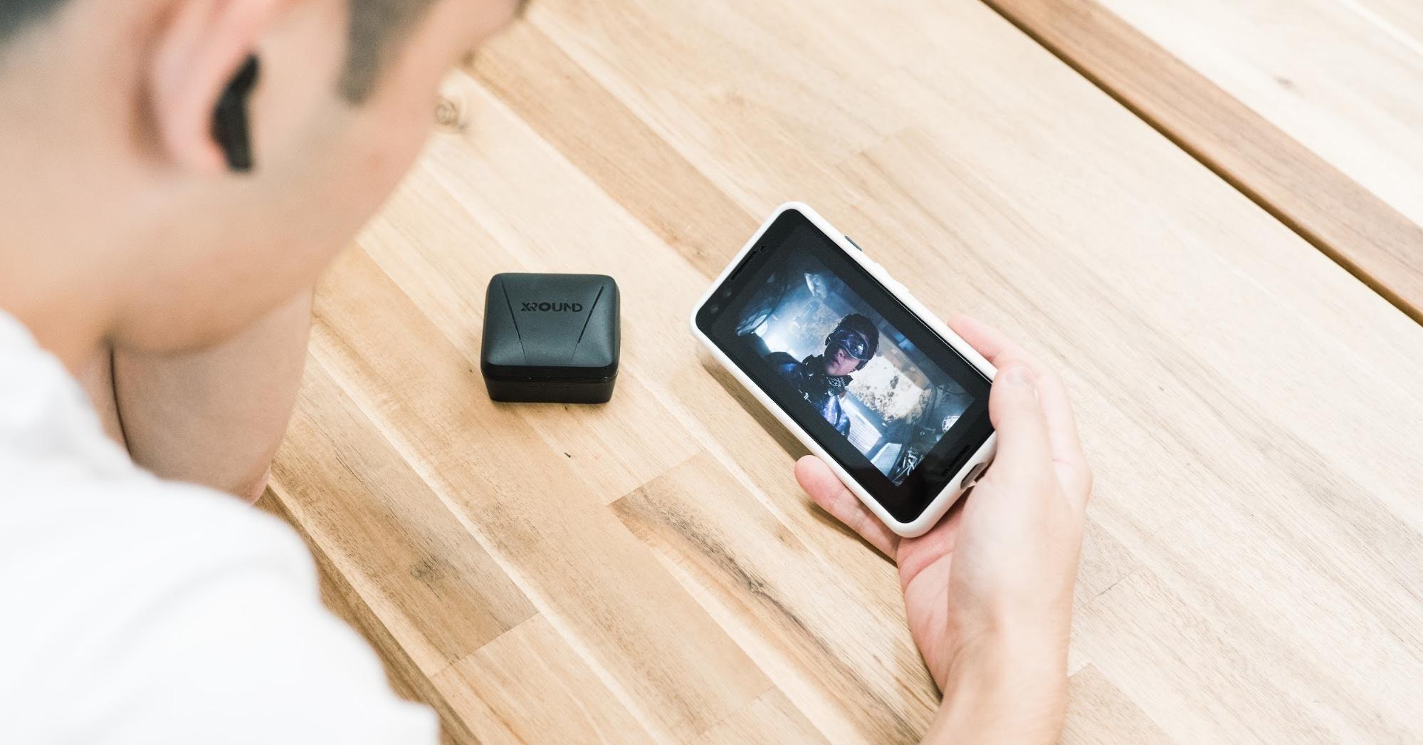 照片中提到了XOUND,包含了手機、手機、移動電話、產品設計、電子產品