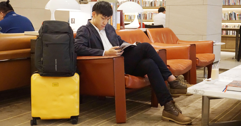 照片中提到了FAIRY TALE、D4OLUPLO、wwiven o,包含了坐著、坐著、椅子、台、產品設計
