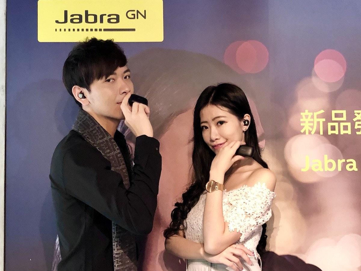 照片中提到了Jabra GN、新品、Jabra,跟賈布拉有關,包含了賈布拉、STX IT20 RISK.5RV NR EO、正式服裝、公共關係