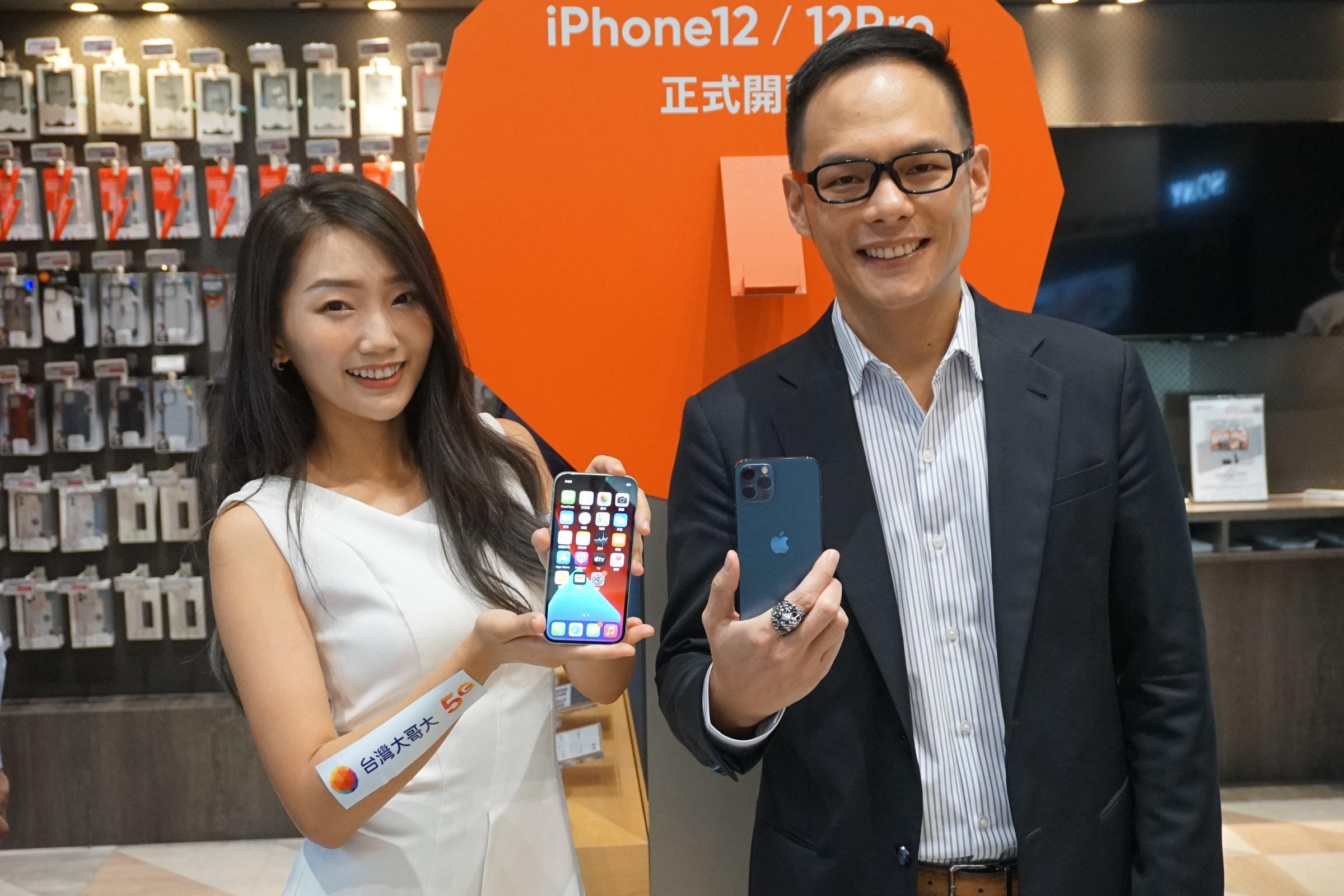 照片中提到了iPhone12 / 12P、正式開、TROR,包含了讓它成為我的iPhone、公共關係、通訊、服務、顧客