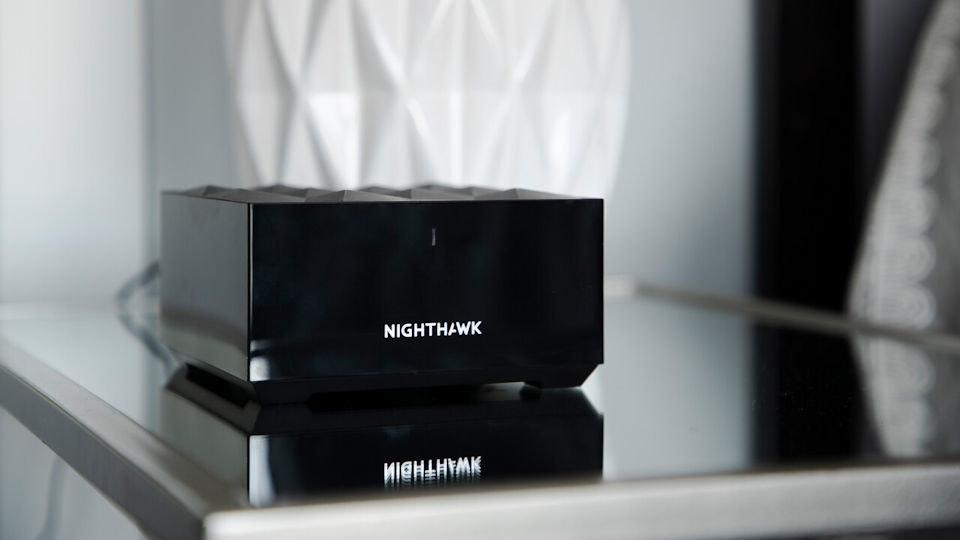 照片中提到了NIGHTHAWK、MICHLHTMK,包含了夜鷹網狀wifi 6系統mk62、Netgear夜鷹網狀WiFi 6系統MK62-100NAS、Netgear Nighthawk夜鷹AX8 8流AX6000 Wi-Fi 6路由器、網件、無線路由器