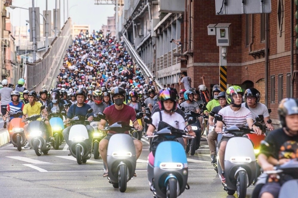 Motorcycle, Taipei Bridge, , Gogoro, New Taipei City, Taipei Bridge, 台湾机车, Electric motorcycles and scooters, Commuting, Car, gogoro 台北 橋, Motor vehicle, Mode of transport, Vehicle, Transport, Scooter, Event, Motorcycling, Crowd, Motorcycle, Street