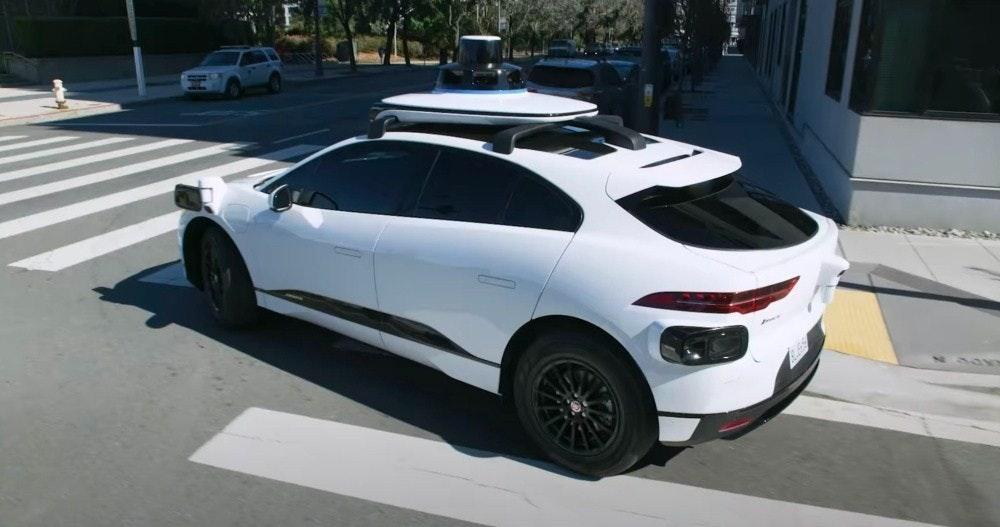 照片中包含了家用車、汽車、Waymo、自動駕駛汽車、超級跑車