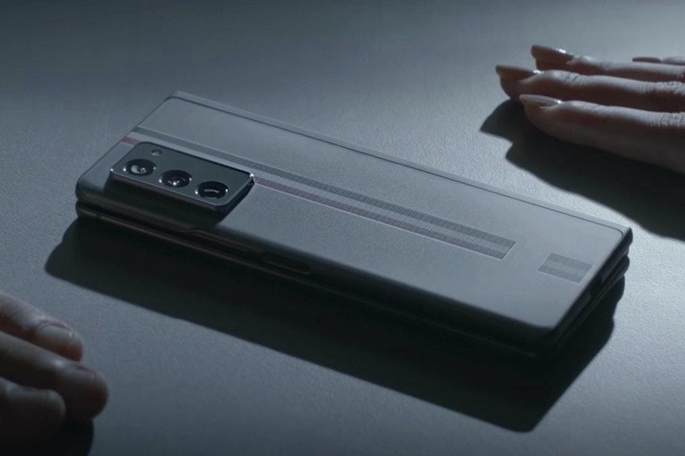 照片中包含了小工具、三星Galaxy Fold、移動設備、電子配件、三星Galaxy Z Fold 2