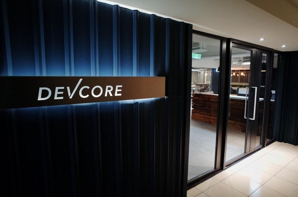 照片中提到了DEVCORE,包含了室內設計、黑客、微軟公司、脆弱性、電腦