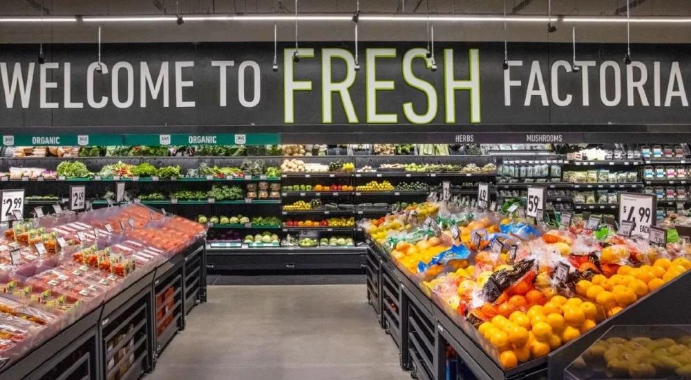 照片中提到了WELCOME TO FRESH FACTORIA、ORGANIC、ORGANIC,包含了天然食品、雜貨店、整個食品市場、購物、超級市場
