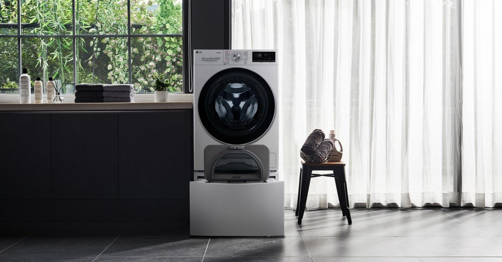 照片中包含了地板、洗衣機、LG F4WM10TWIN TwinWash Waschmaschine、洗滌、機