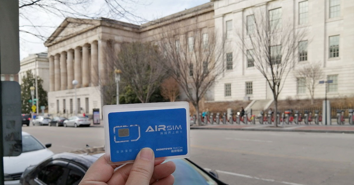 照片中提到了AIRSIM、|無國界上網卡、SHINETOWN TELECOM,跟有香有關,包含了車道、轎車、緊湊型車、運輸、街