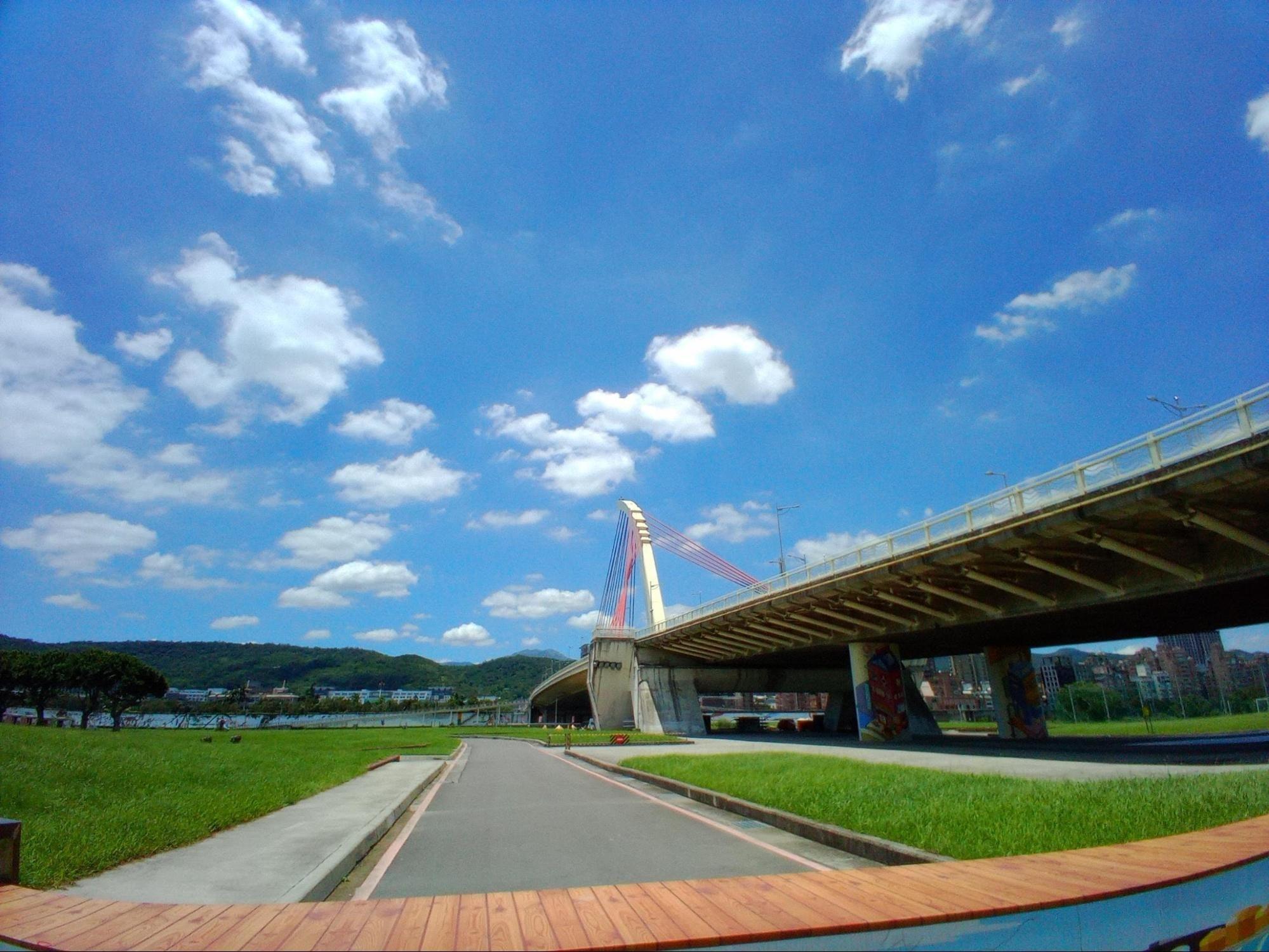 照片中包含了天空、受控通道高速公路、水库、运动场馆、立交桥