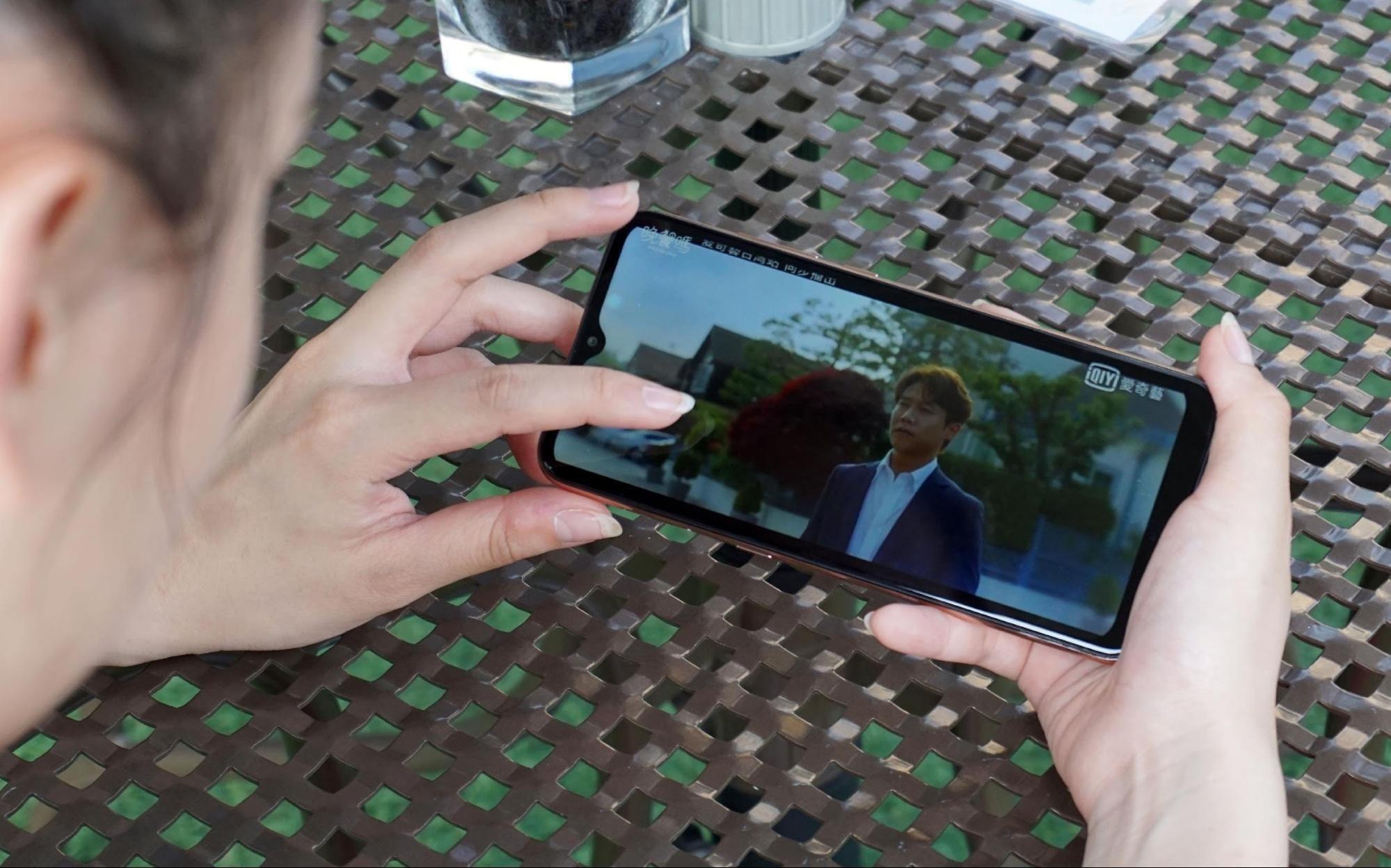 照片中提到了QIY,跟超越肉类有关,包含了移动电话、移动设备、电子产品、移动电话、苹果手机