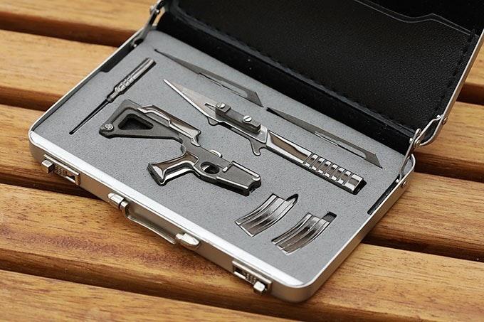 是名片大小的007手提箱裡面藏的槍形萬用工具組這篇文章的首圖