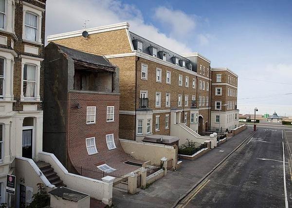 是太誇張!英國一棟牆面滑落的公寓這篇文章的首圖