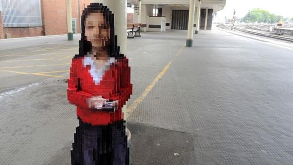 是站在月台的八位元女孩雕像,溫馨迎接半夜回家的旅客(?)這篇文章的首圖