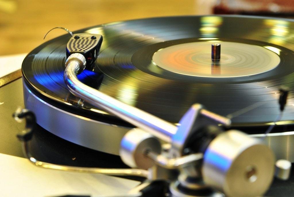 是[音響研究室] 文青的最愛,更是音響世界的極致工藝!但 ... 黑膠唱片究竟是怎麼發出聲音的呢?這篇文章的首圖