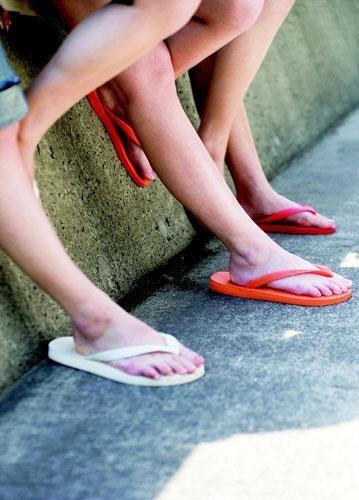 是人字拖比高跟鞋傷腳 別常穿這篇文章的首圖