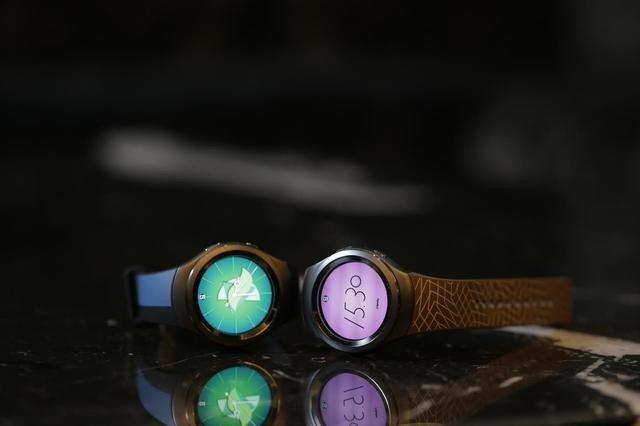 是為打造時尚形象,三星 Gear S2 邀請義大利設計師 Alessandro Mendini 設計客製化配件這篇文章的首圖