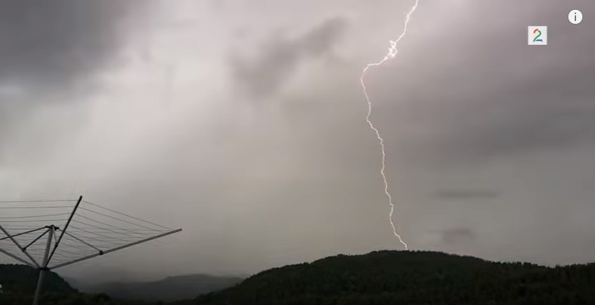 是拍下閃電及院子的「轟隆」落雷一瞬間這篇文章的首圖