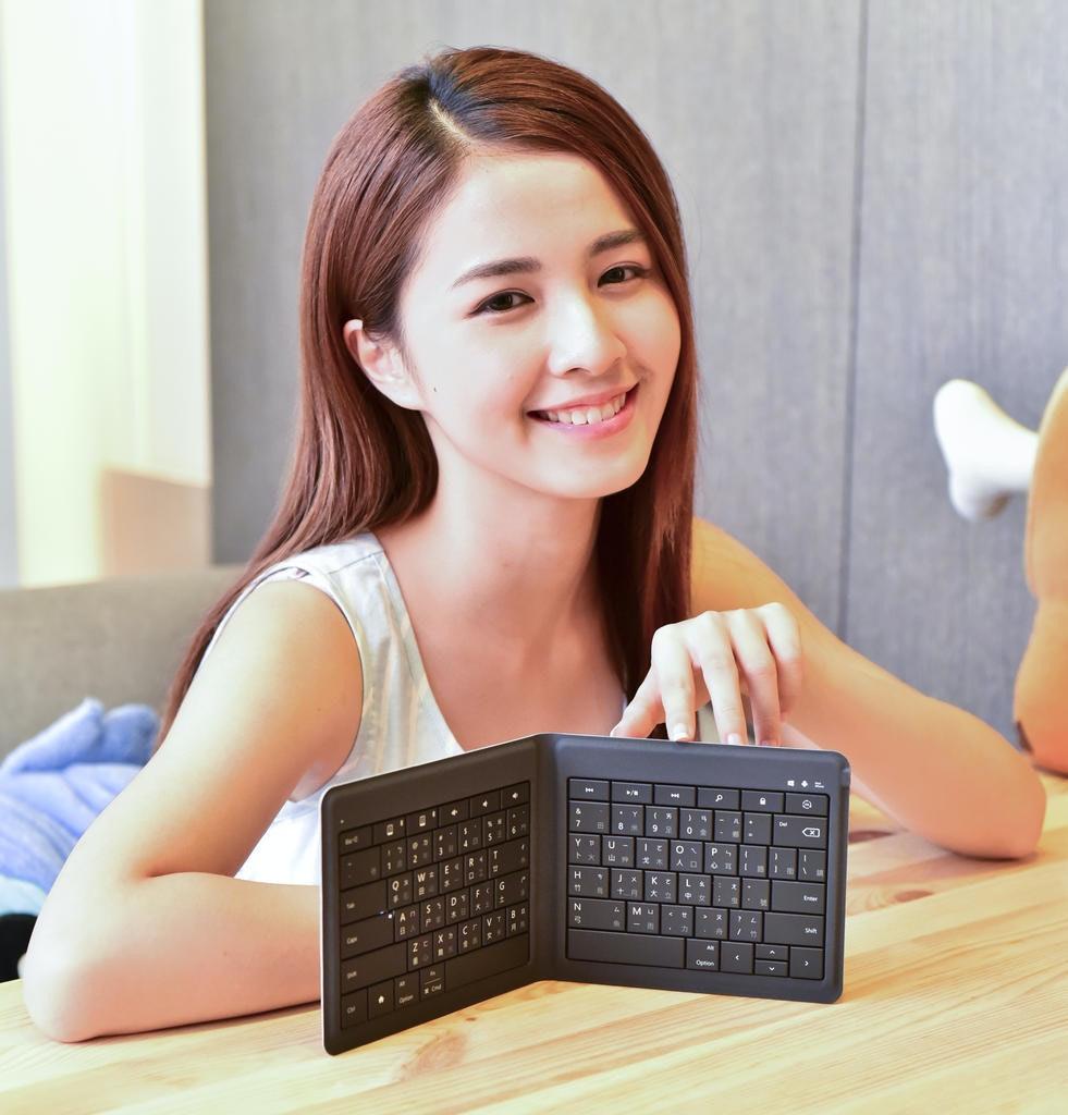 是Microsoft 萬用折疊式鍵盤,輕巧易攜、單鍵切換、行動打字新體驗這篇文章的首圖