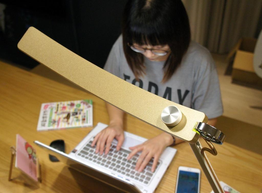 是輕巧省空間,BenQ WiT Genie 單臂版螢幕閱讀檯燈動手玩這篇文章的首圖