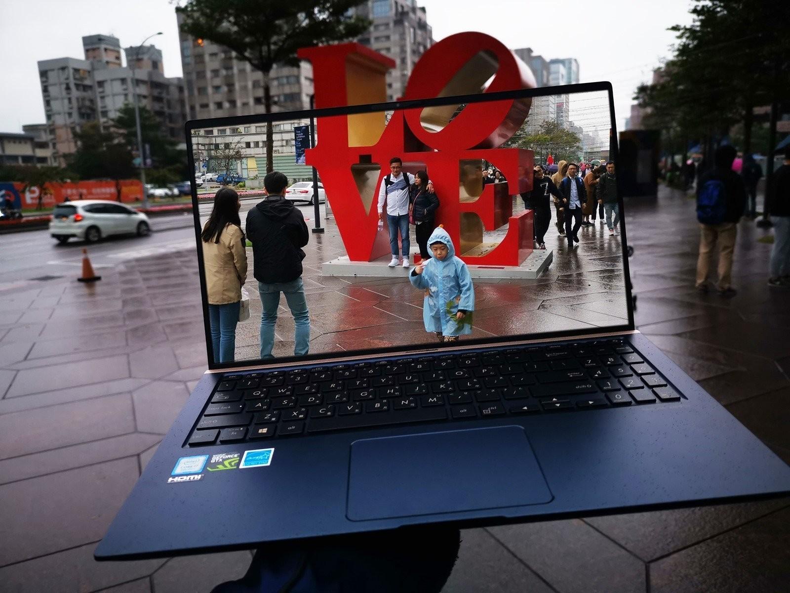是美.力 無邊 ASUS ZenBook 15 (UX533FD) 不僅世界最小,還有獨立顯卡的輕薄怪獸筆記型電腦!這篇文章的首圖