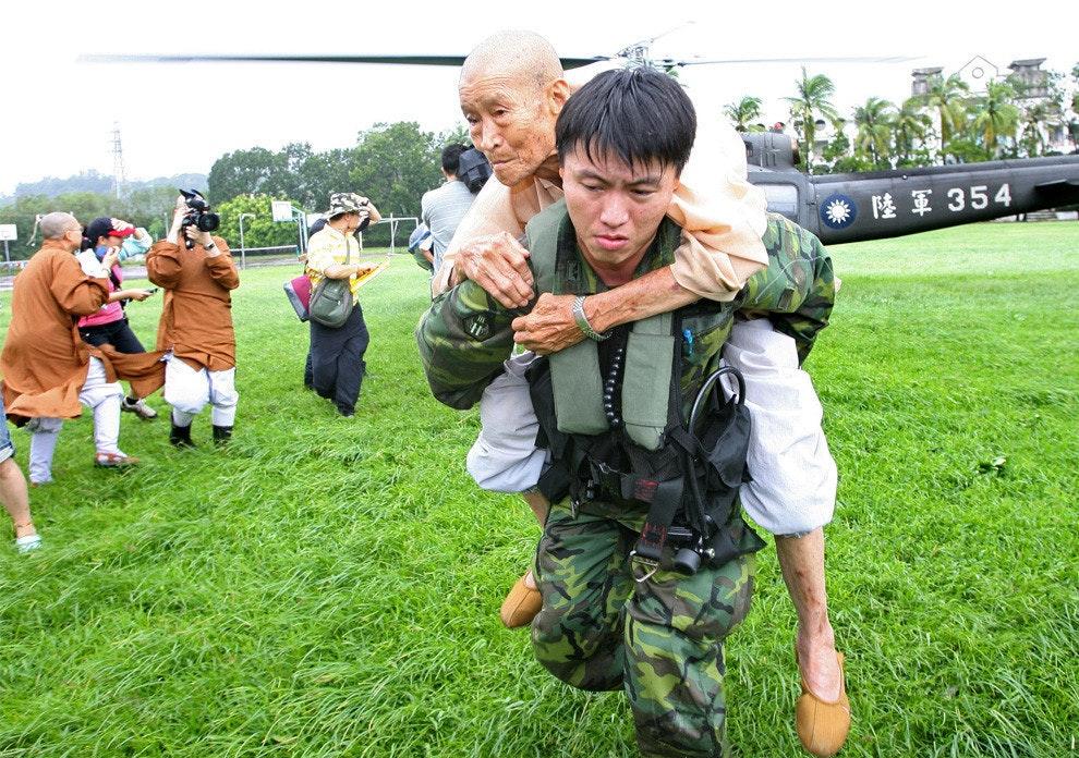 是比新聞好多了,由CNN上面的颱風災害照片.. 這篇文章的首圖