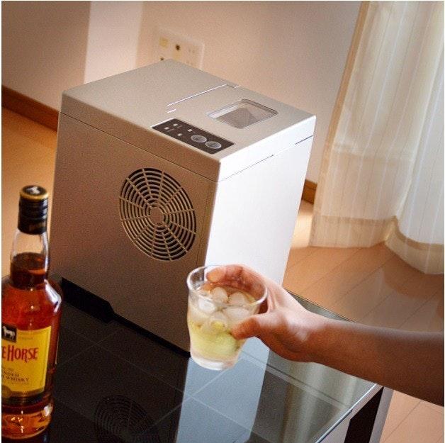 是六分鐘就給你一杯冰飲料的桌上型製冰機這篇文章的首圖
