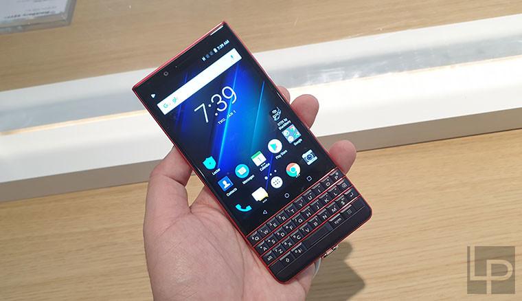 是TCL展出BlackBerry Key2黑莓機Red Editio紅黑新色,實機動手玩這篇文章的首圖